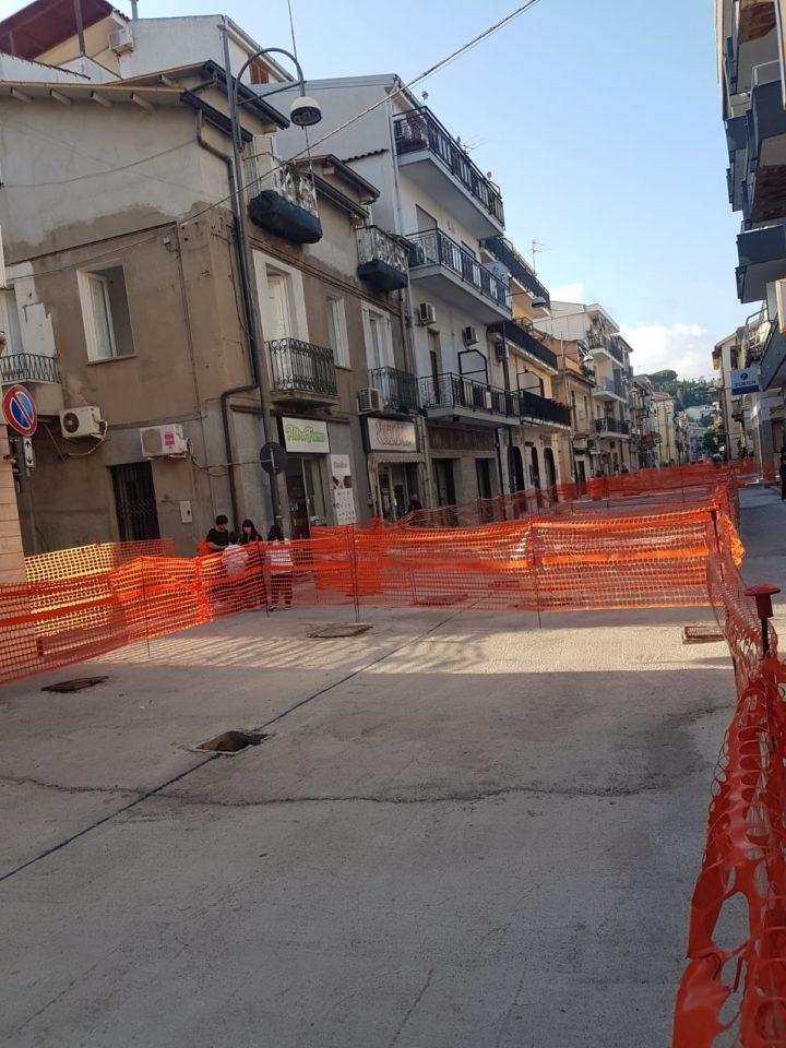Lavori in corso a Soverato: disagi per commercianti e cittadini