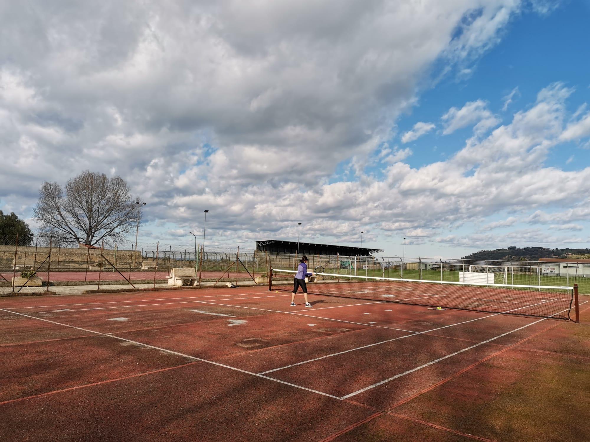 Ricadi: dopo anni di abbandono il centro sportivo rivive. Di nuovo praticabile il campo da tennis
