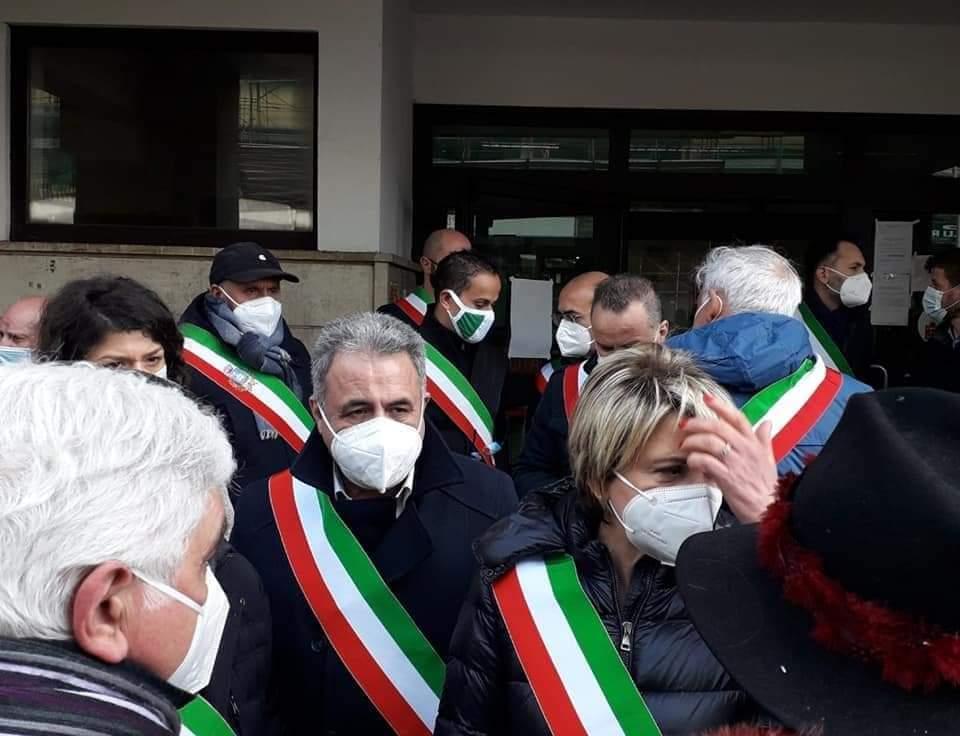Sit-in sindaci a Vibo: bloccato il trasferimento dei vaccini anticovid da Vibo a Reggio