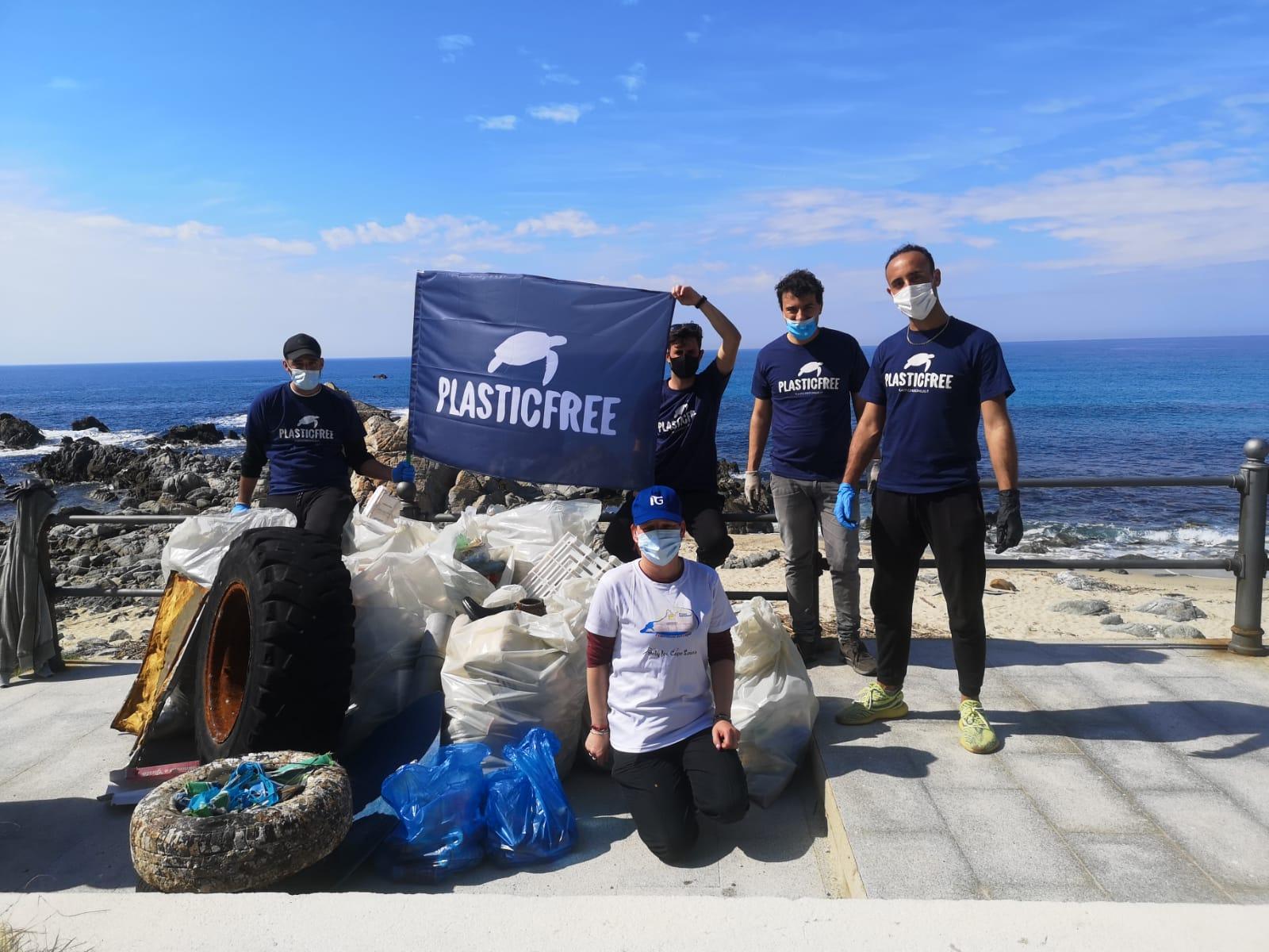 "L'associazione ambientale ""Plastic free"" a Santa Maria: raccolti 150 kg di plastica in una mattinata"