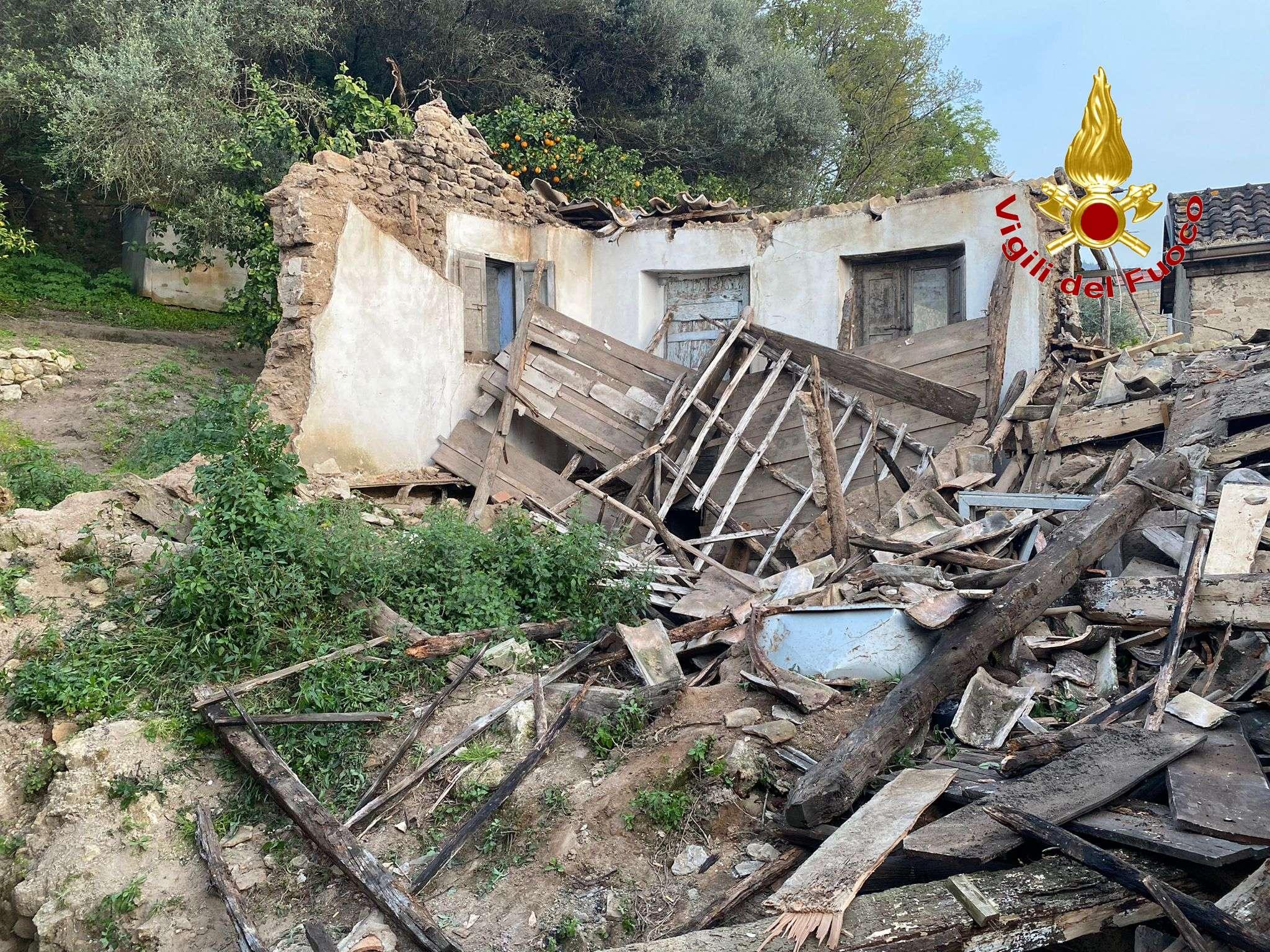 Sorianello, crollo di una casa disabitata. L'intervento dei vigili del fuoco