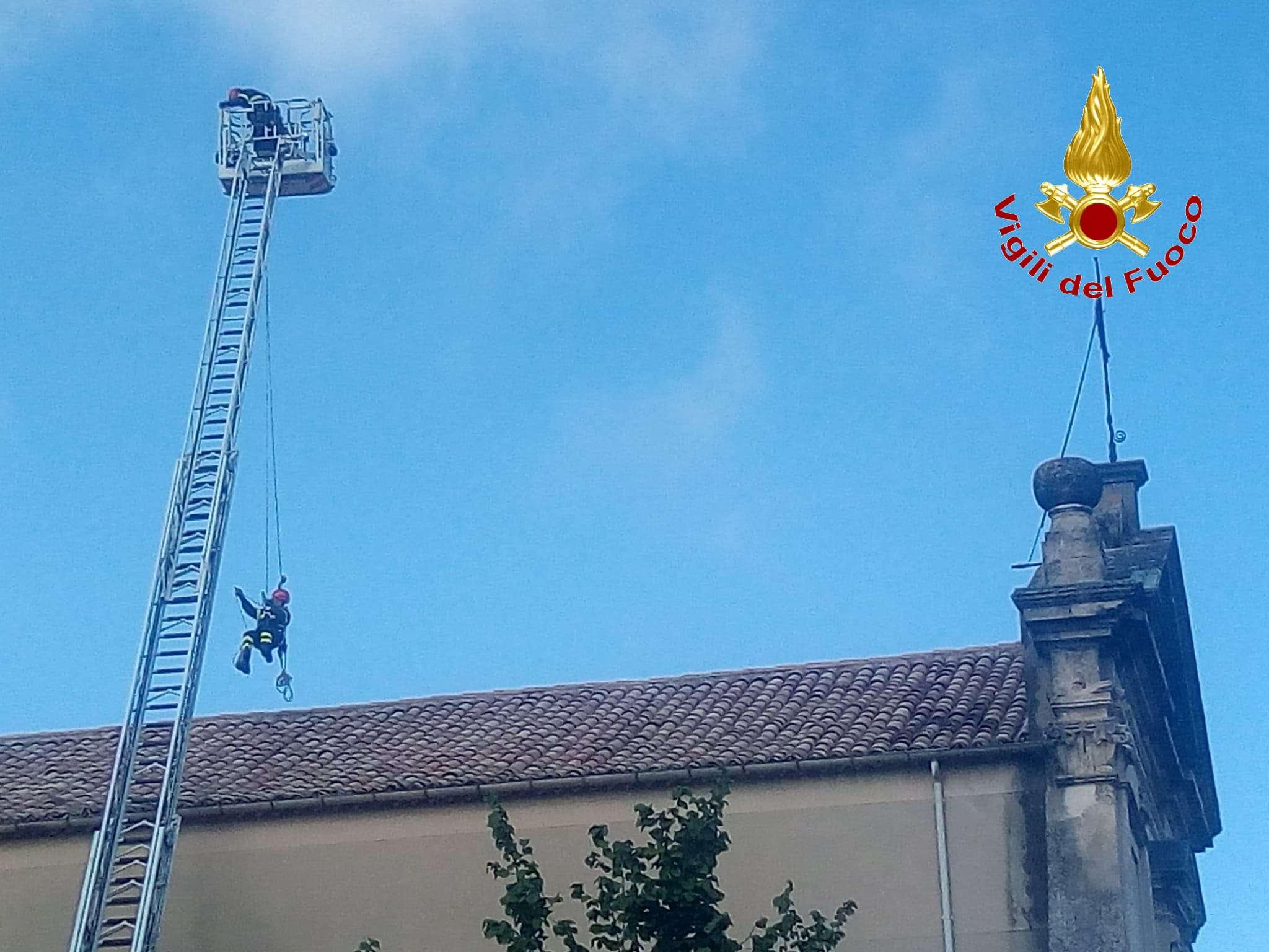 Vibo, tegole pericolanti della Chiesa di San Giuseppe. Intervento vigili del fuoco