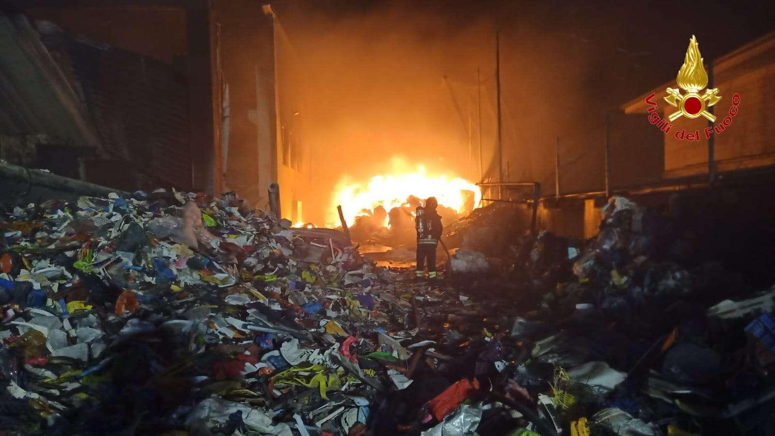 Incendio in un impianto di rifiuti a San Nicola da Crissa. Intervenuti due squadre di vigili del fuoco