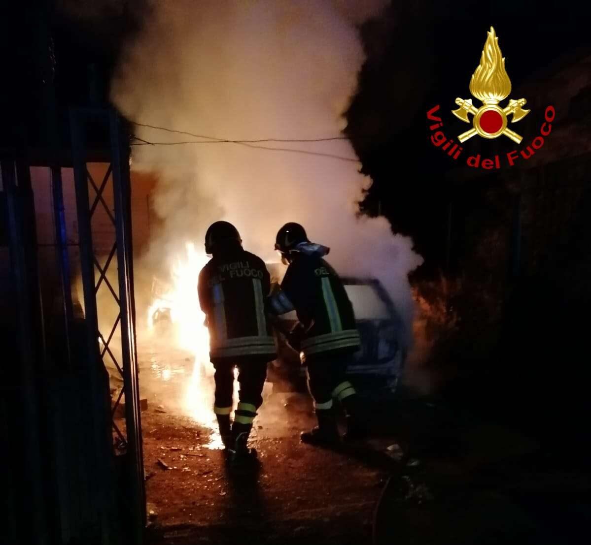 Auto in fiamme nella notte a San Gregorio d'Ippona