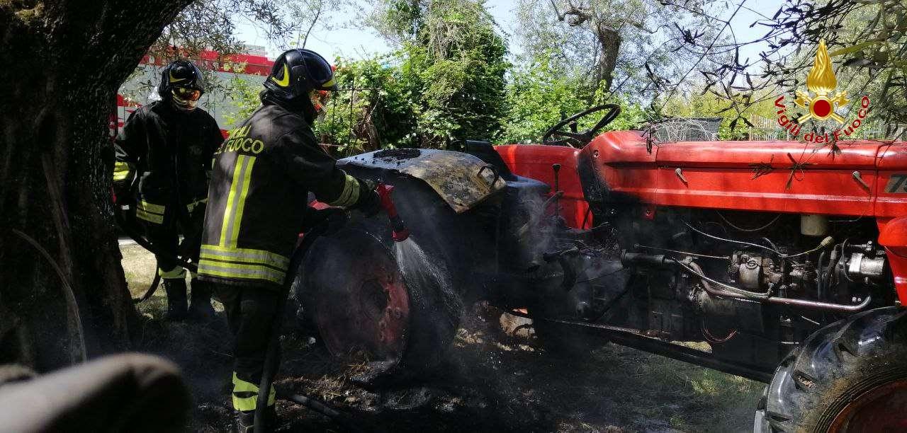 Cessaniti, incendio trattore agricolo. Pronto l'intervento dei vigili
