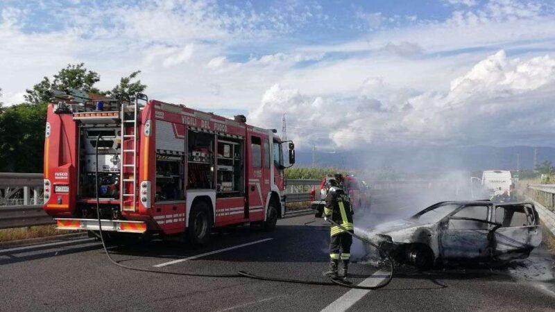 Incidente mortale sull'A2, traffico bloccato e auto in fiamme