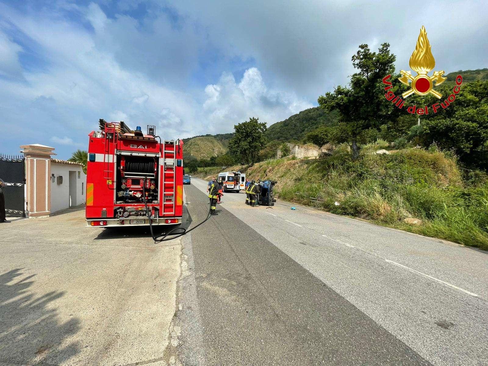 Strada ex SS 522: auto si ribalta all'altezza di Parghelia
