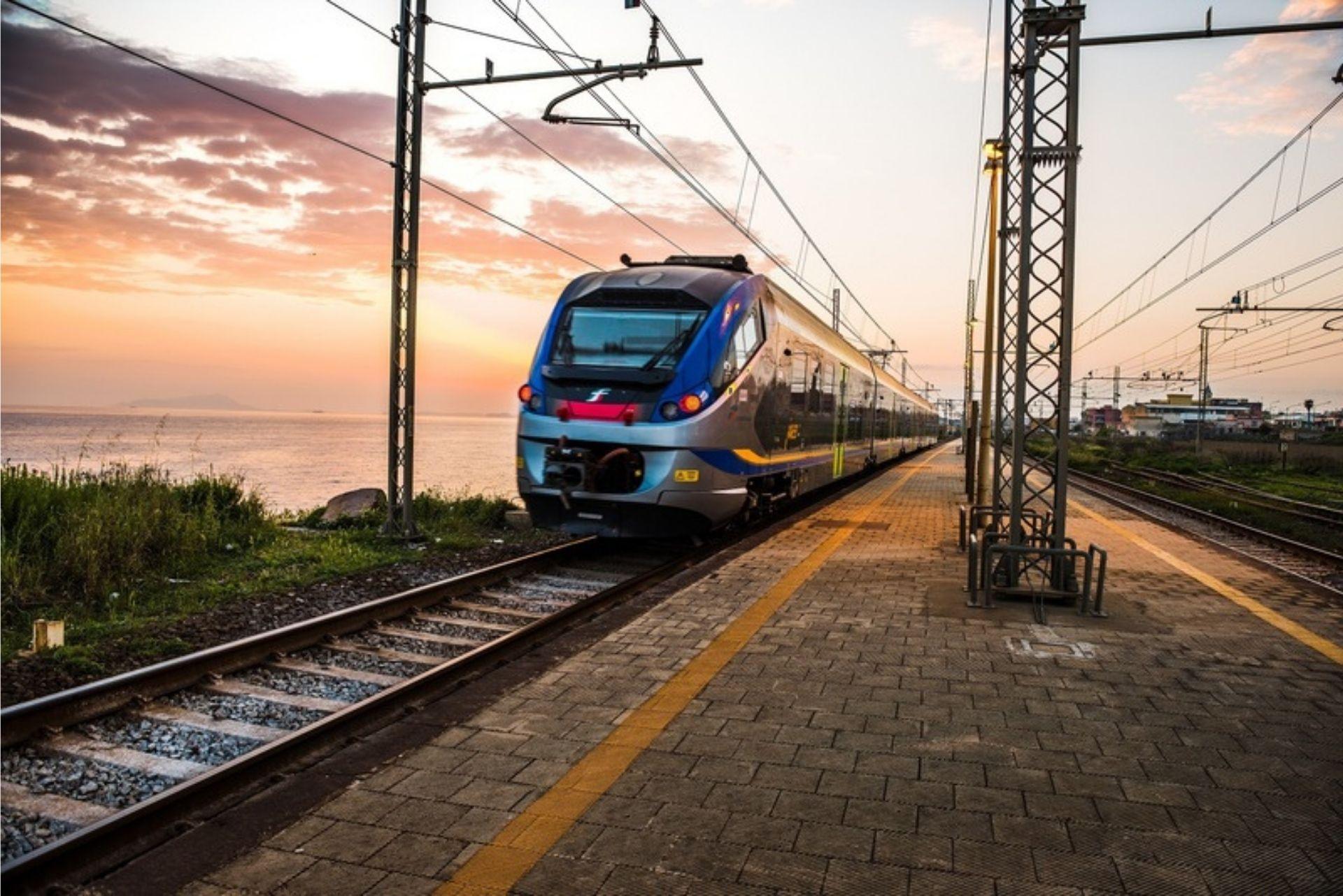 Nuovi collegamenti Trenitalia: treno+bus per raggiungere le spiagge calabresi