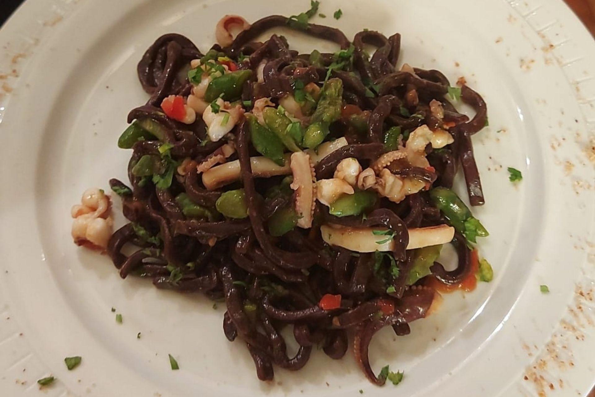 Scialatelli freschi al cacao, con calamari e asparagi verdi