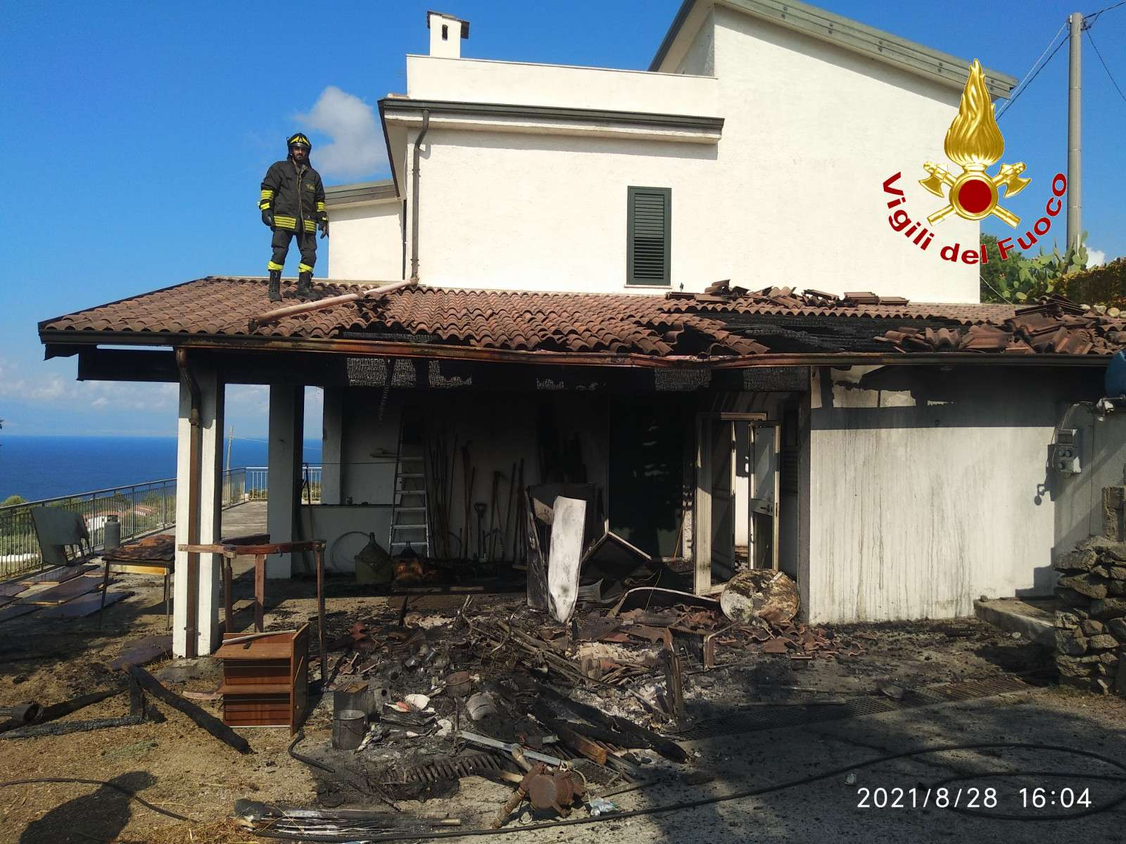 Incendio a Zambrone raggiunge due villette. Tempestivo l'intervento dei vigili del fuoco