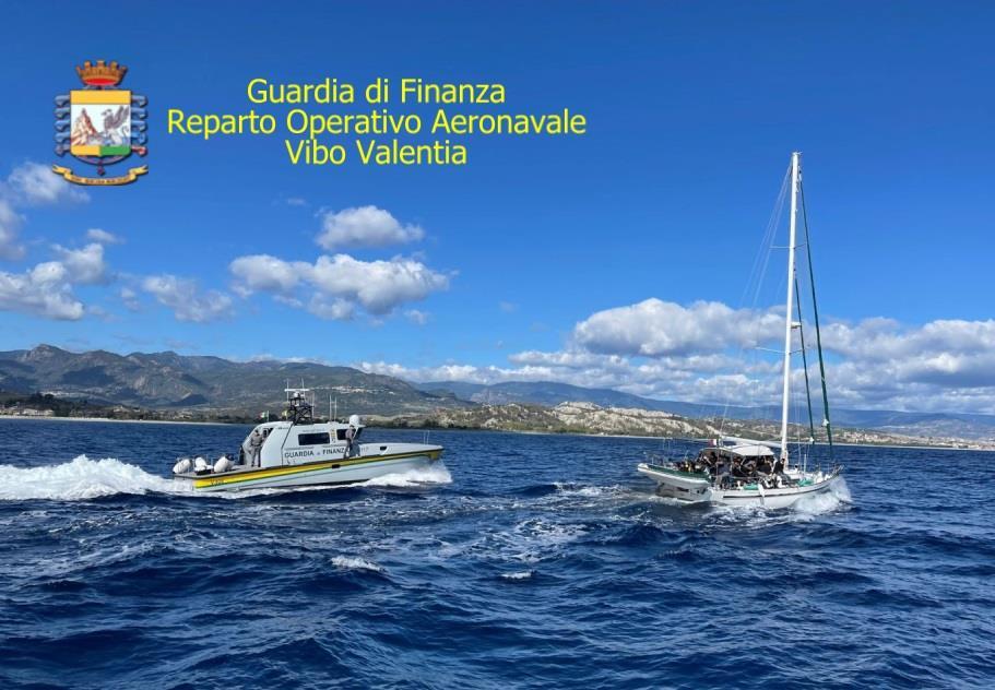 Reparto Operativo Aeronavale della Guardia di Finanza di Vibo: intercettata imbarcazione di migranti a largo della costa ionica